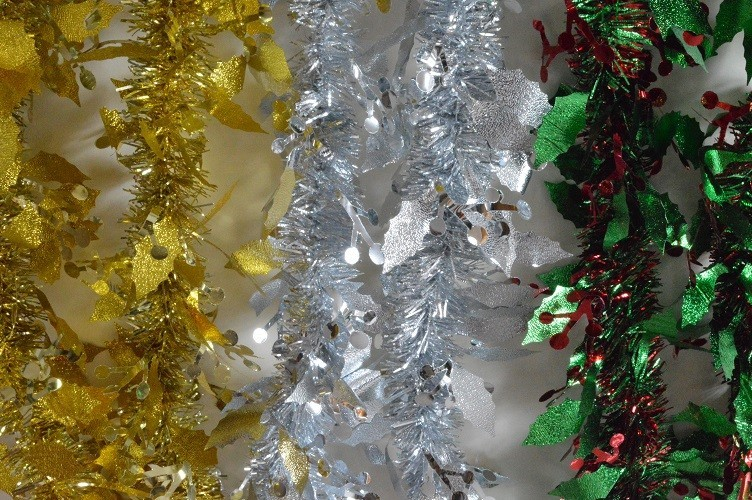 88136 - Christmas Holly Leaf & Mistletoe Tinsel x 2 Metre Lengths!